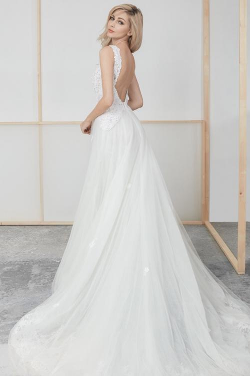 A-line Queen Anne Neck Sleeveless Lace Appliques Beading Court Train Long Tulle Wedding Dresses