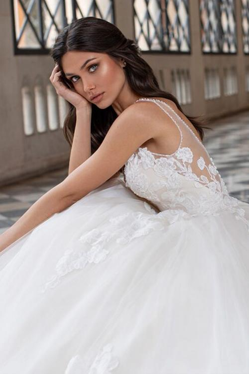 Ball Gown V-neck Sleeveless Lace Appliques Buttons Court Train Long Tulle Wedding Dresses