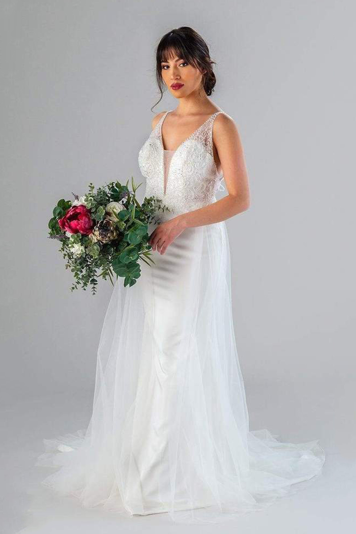 Shoulder Straps Sleeveless Beading Lace Court Train Long Tulle Wedding Dresses with Buttons