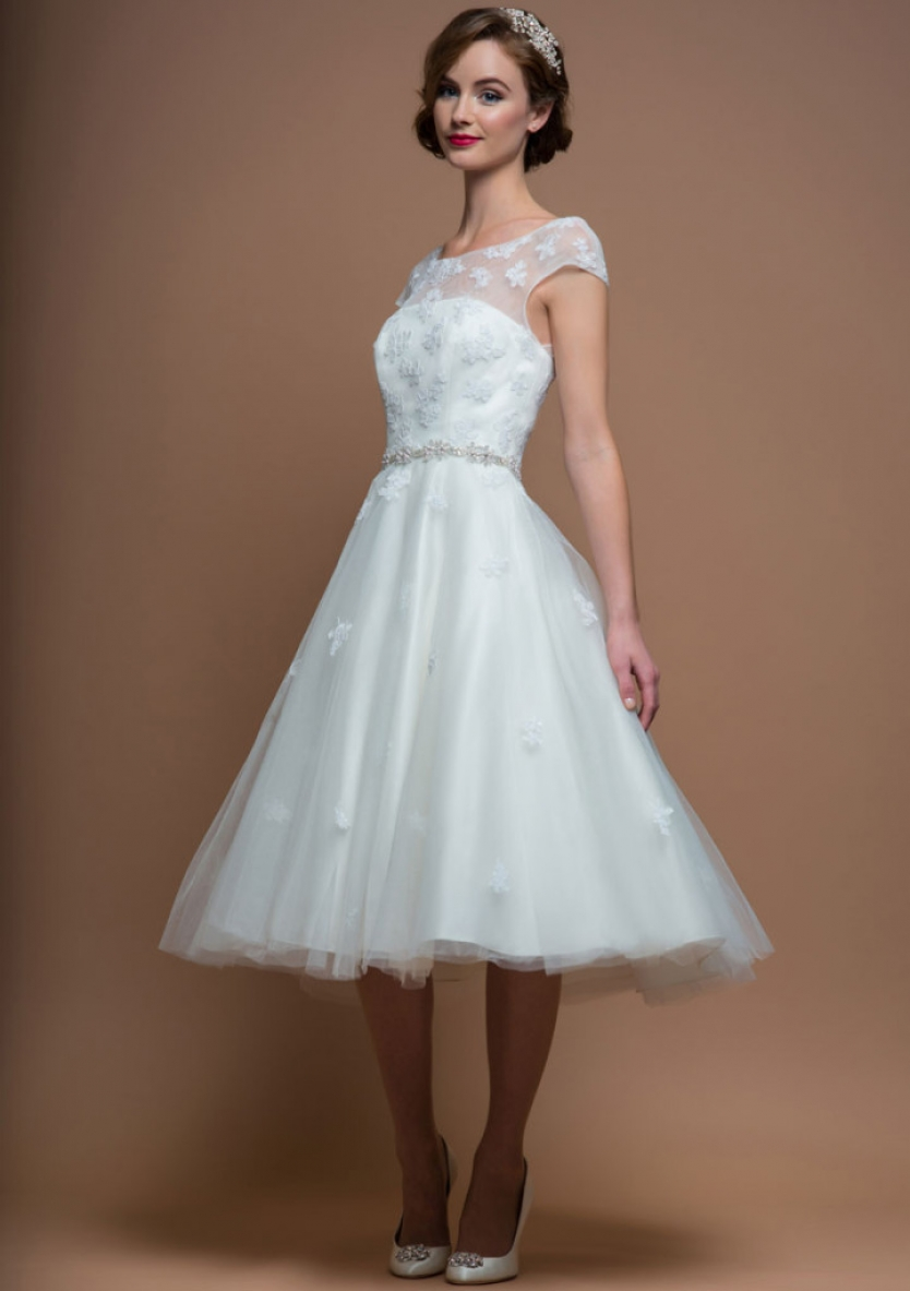 Chic Bateau Neck Lace overlay Short Tulle Wedding Dress