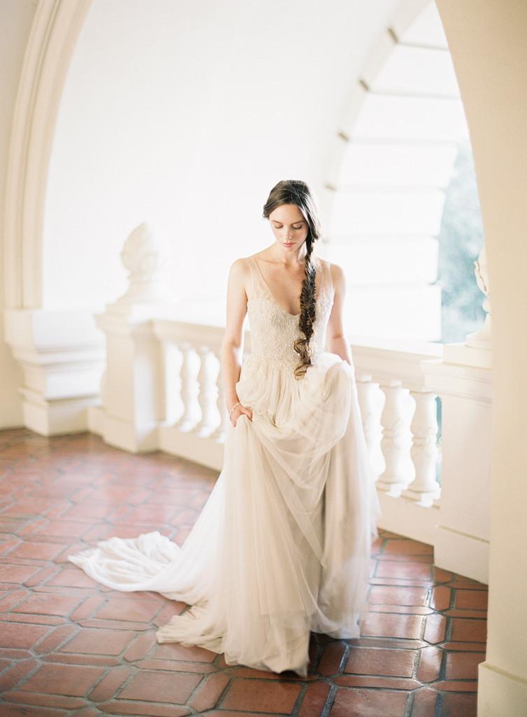 Vinatage V Neck Lace Embroidered Sequins A-line Long Tulle Wedding Dress _4
