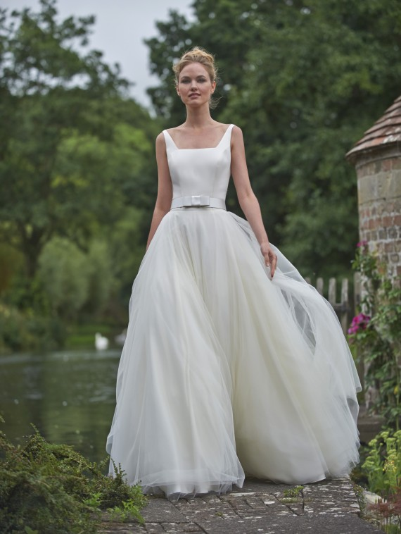 Shoulder Straps Slim Bodice Ball Gown Tulle Bridal Dress with Ribbon