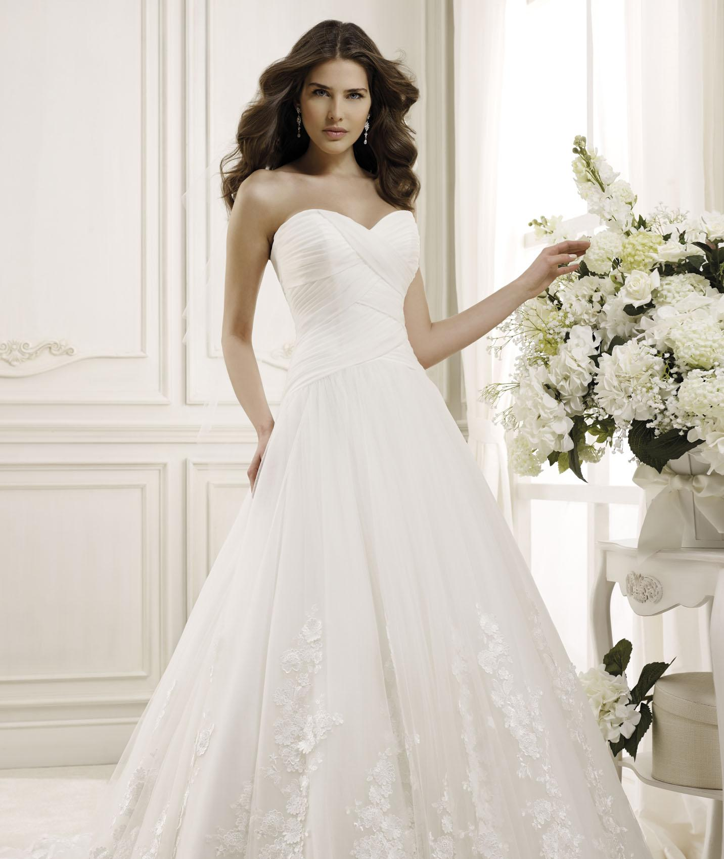 Charming A-line Sweetheart Lace Chapel Train Tulle Wedding Dresses