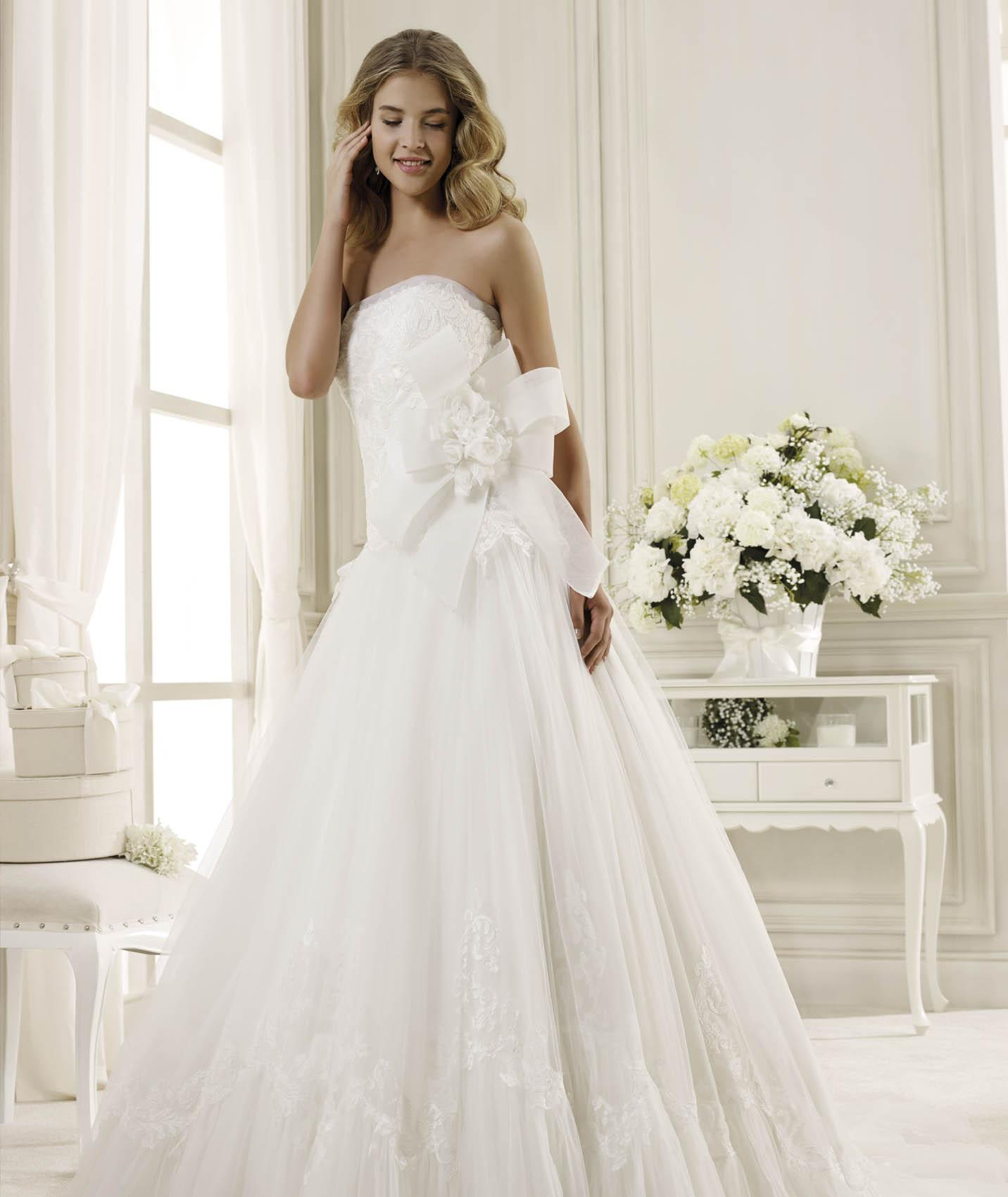 Elegant A-line Strapless Lace Hand Made Flowers Sweep/Brush Train Tulle Wedding Dresses