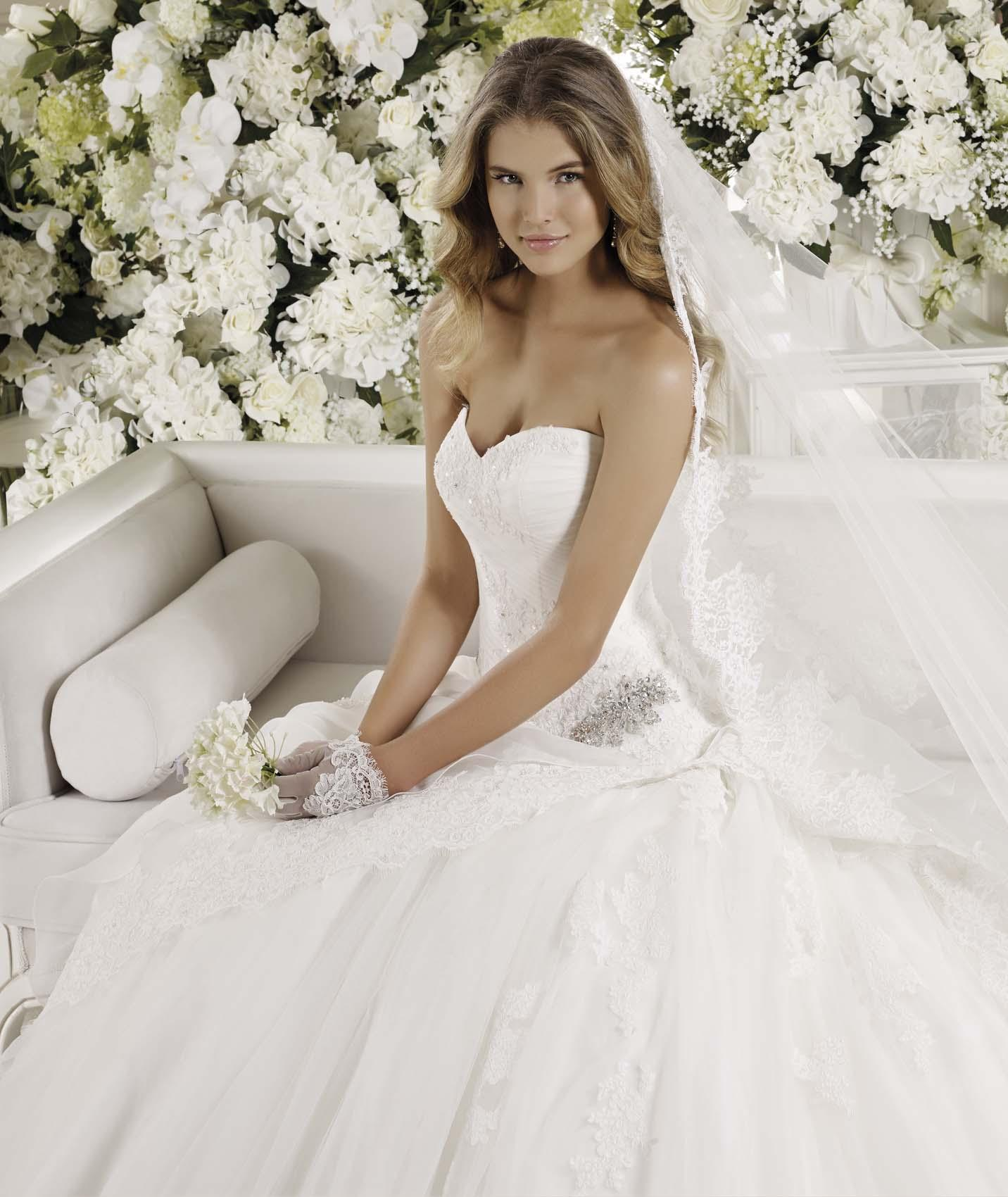 Exquisite A-line Sweetheart Beading&Sequins Lace Sweep/Brush Train Tulle Wedding Dresses