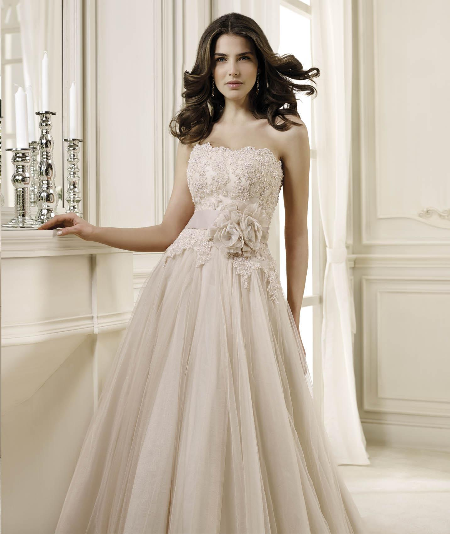 Elegant A-line Strapless Beading&Sequins Lace Hand Made Flowers Sweep/Brush Train Tulle Wedding Dresses