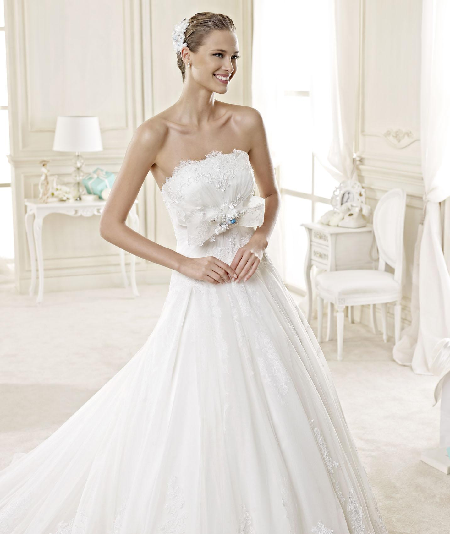 Elegant A-line Strapless Lace Pearl Detailing Chapel Train Tulle Wedding Dresses