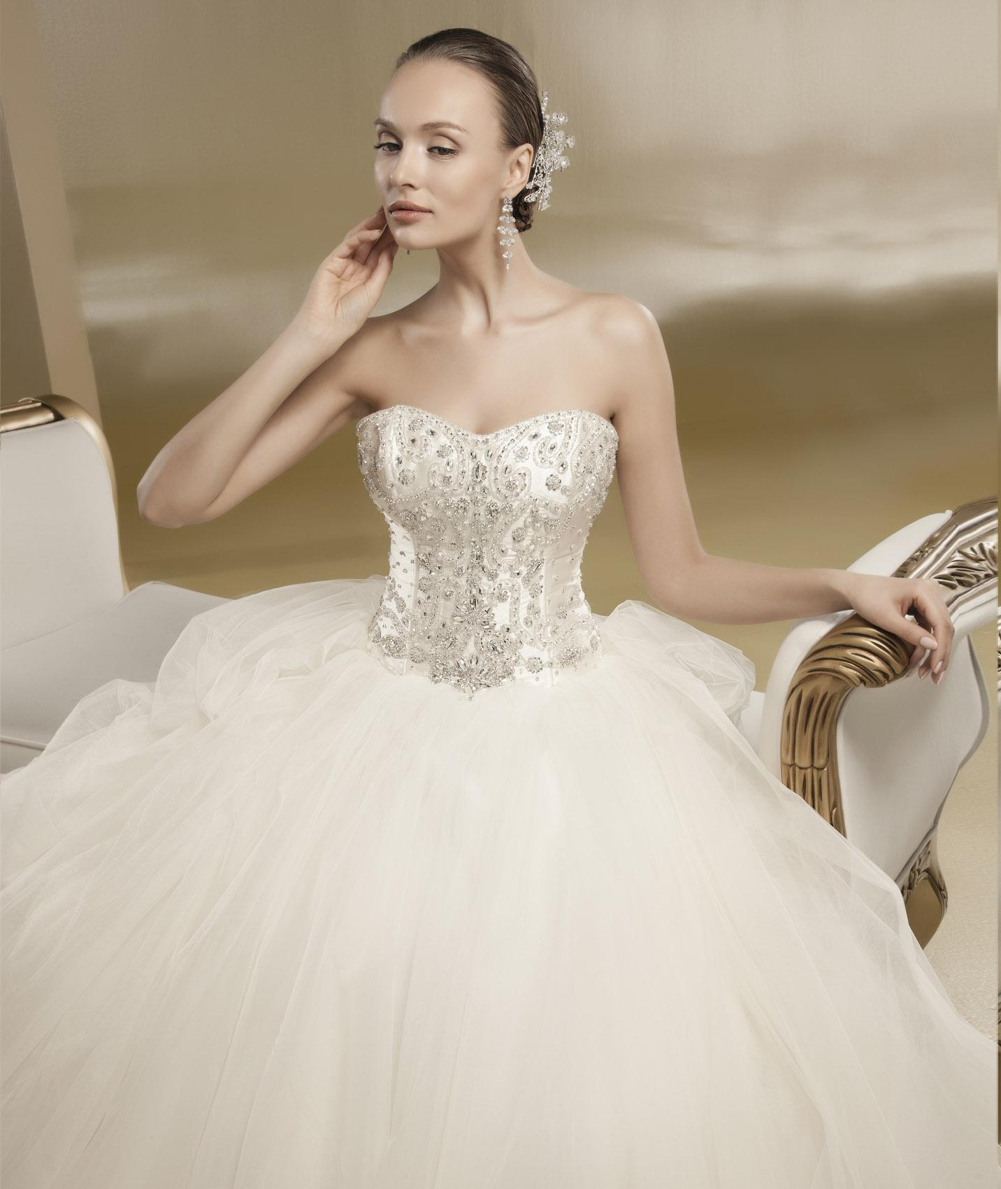 Honorable Ball Gown Strapless Beading&Crystal Hand Made Flowers Chapel Train Tulle Wedding Dresses