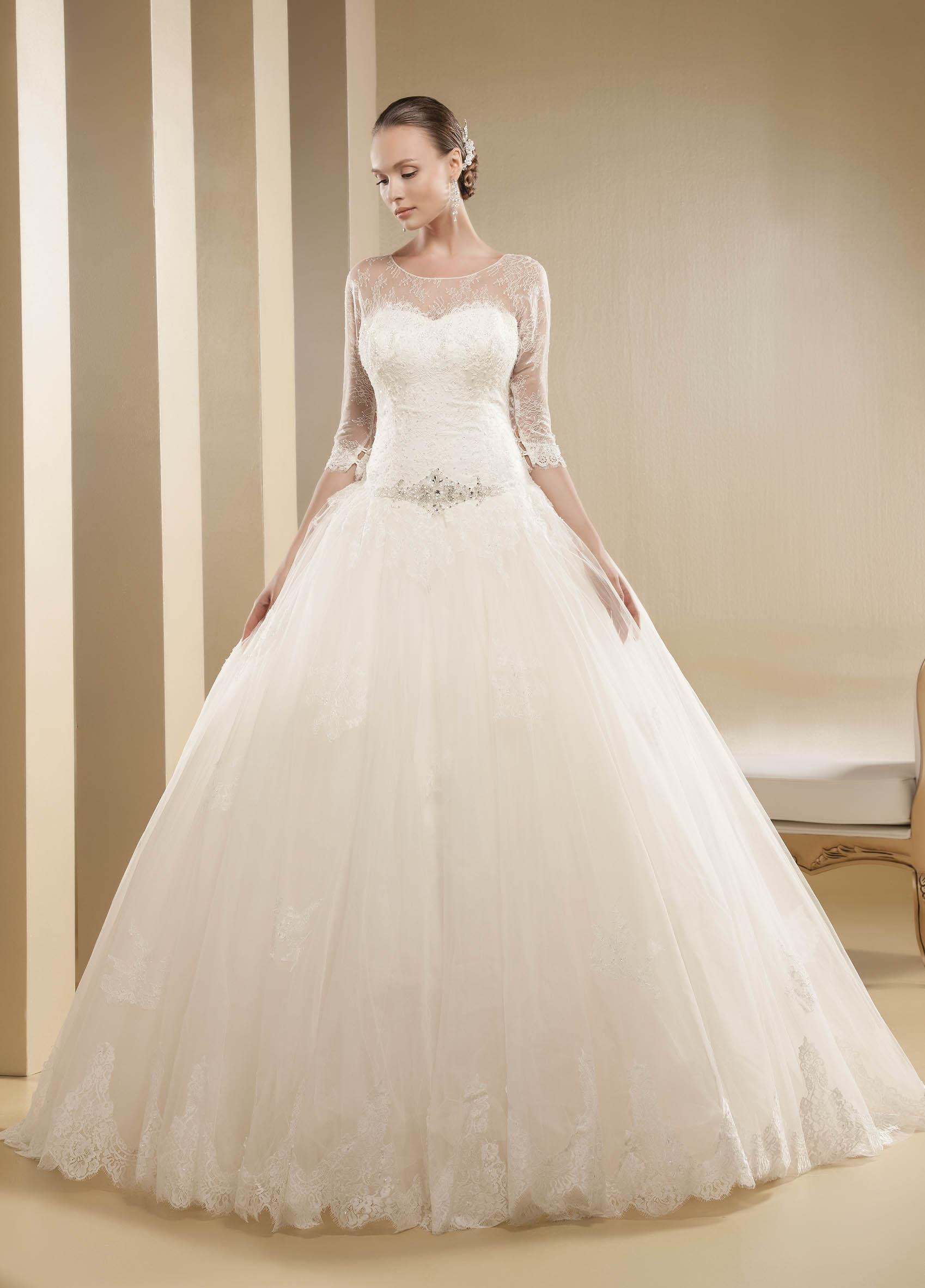 Exquisite A-line Bateau Beading&Crystal&Sequins Lace Chapel Train Tulle Wedding Dresses