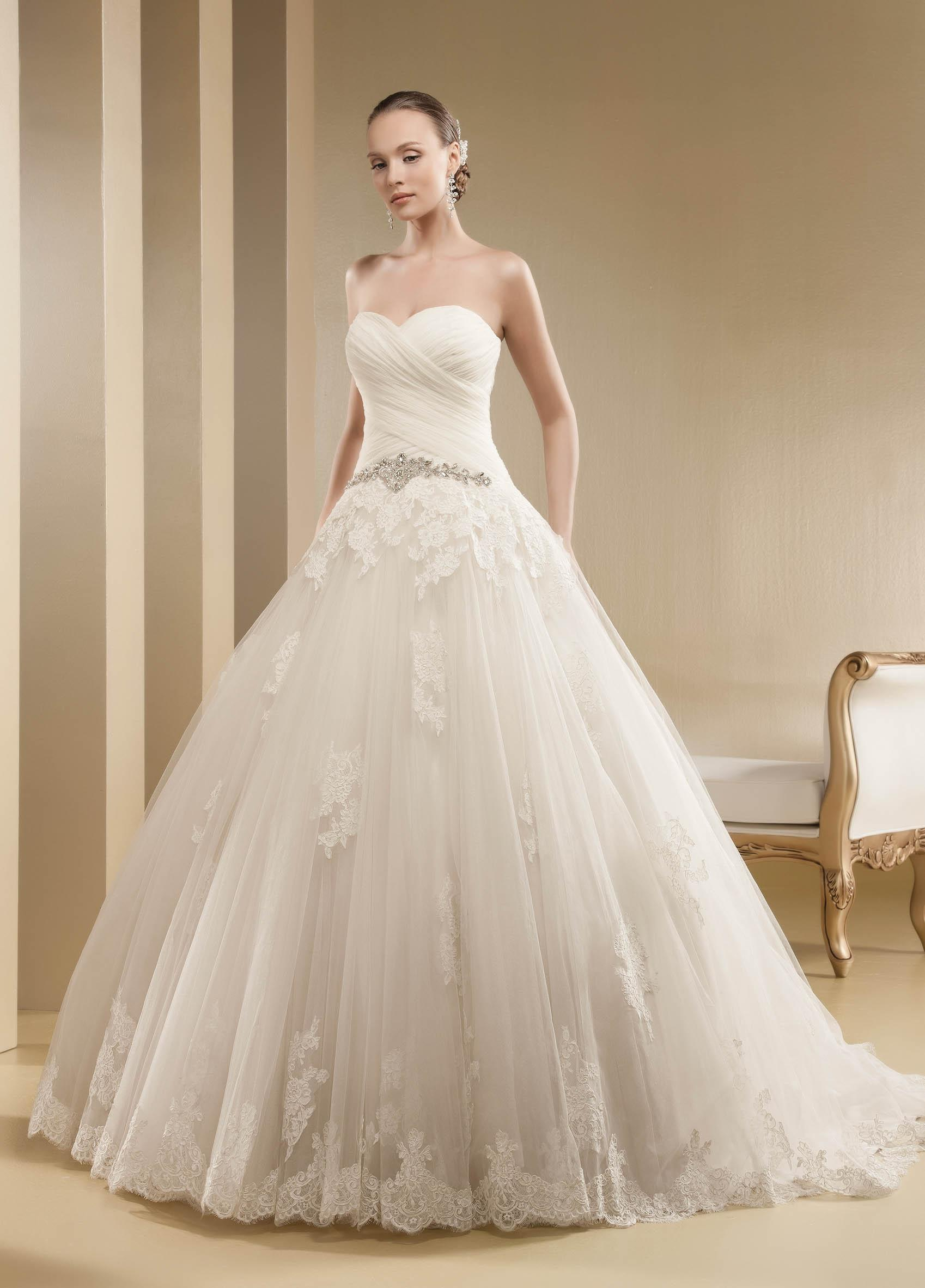 Charming Ball Gown Strapless Sweetheart Crystal Detailing Lace Appliqued Sweep/Brush Train Tulle Wedding Dresses
