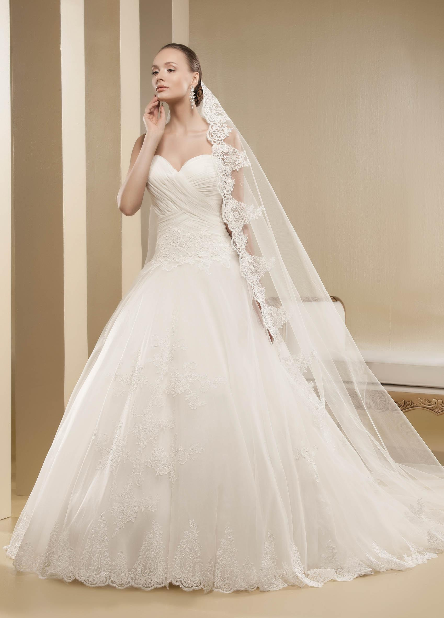 Charming A-line Sweetheart Lace Sweep/Brush Train Tulle Wedding Dresses