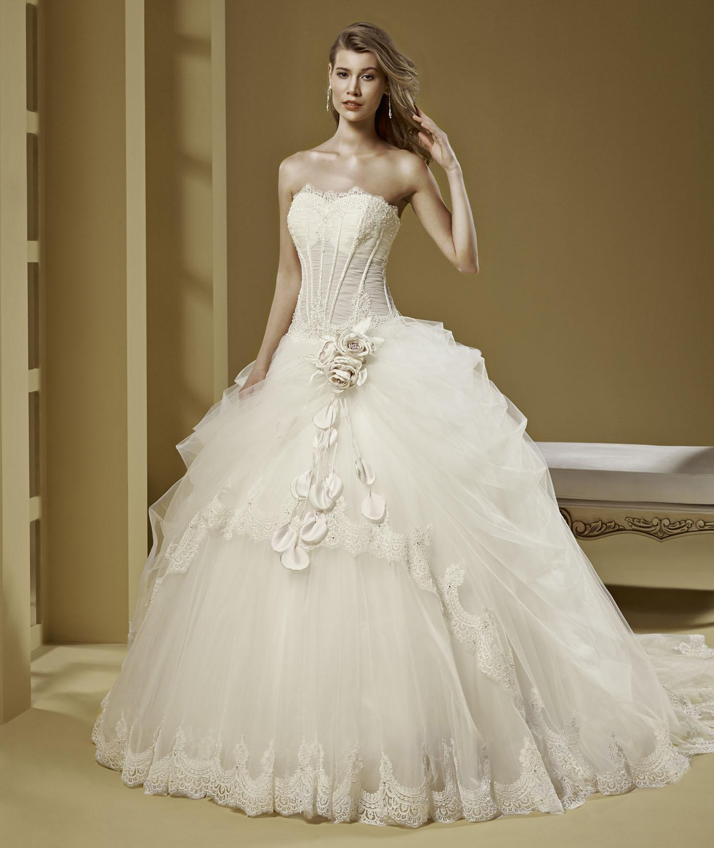 Exquisite Ball Gown Strapless Lace Crystal Hand Made Flowers Chapel Train Tulle Wedding Dresses