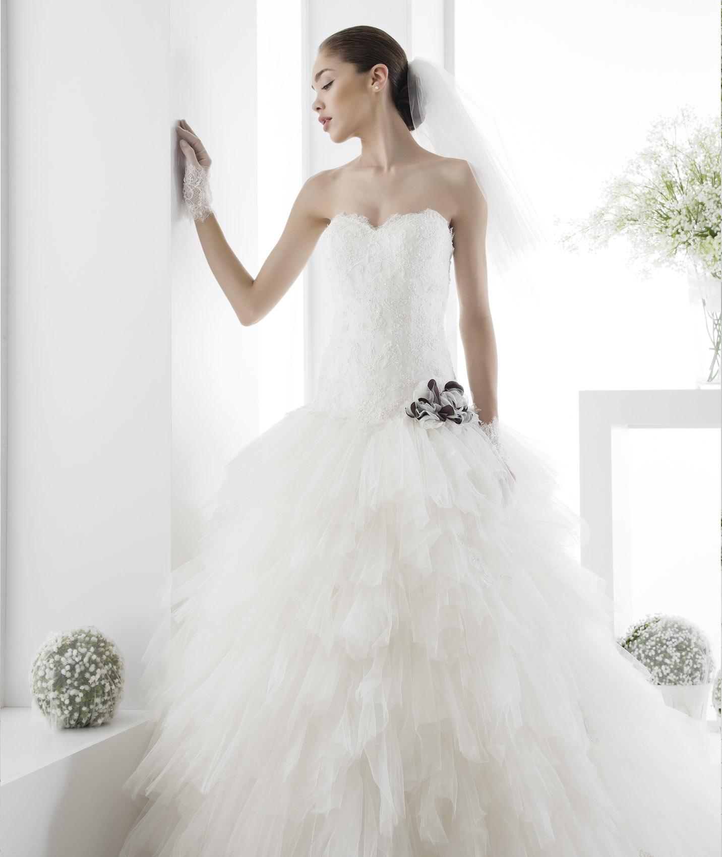 Charming A-line Sweetheart Beading&Sequins Lace Flowers Chapel Train Tulle Wedding Dresses