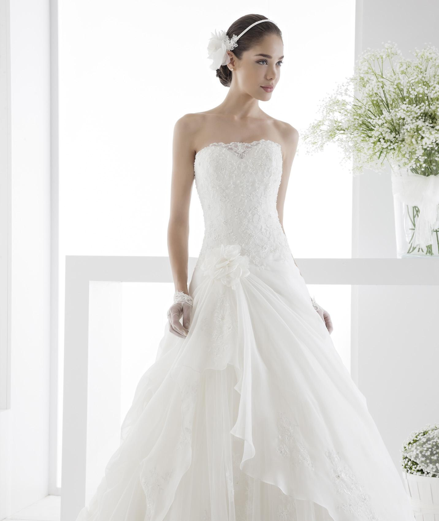 Simple A line Strapless Beading&Sequins Lace Flowers Sweep