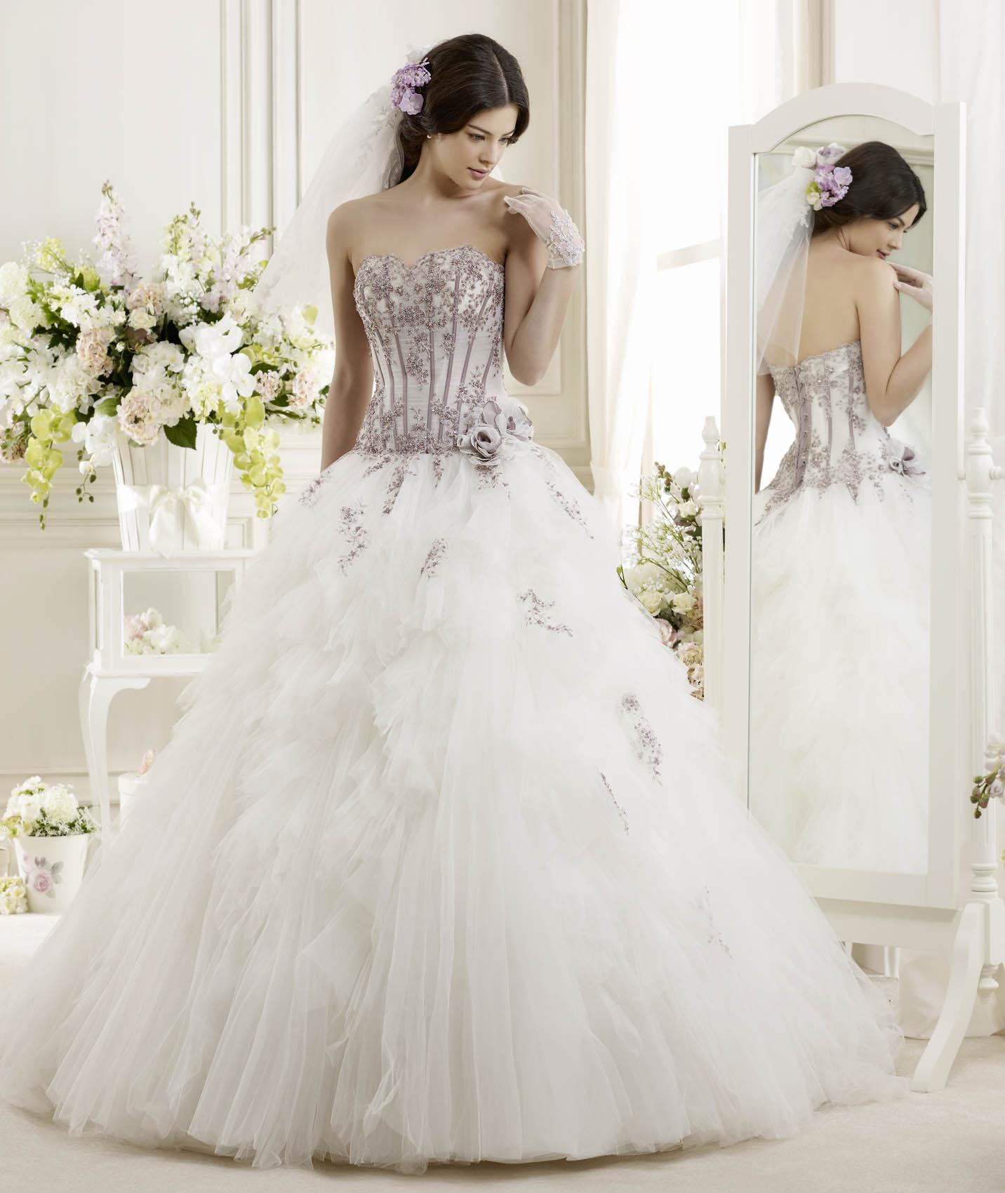 Elegant A-line Strapless Beading&Sequins Lace Flowers Sweep/Brush Train Tulle Wedding Dresses