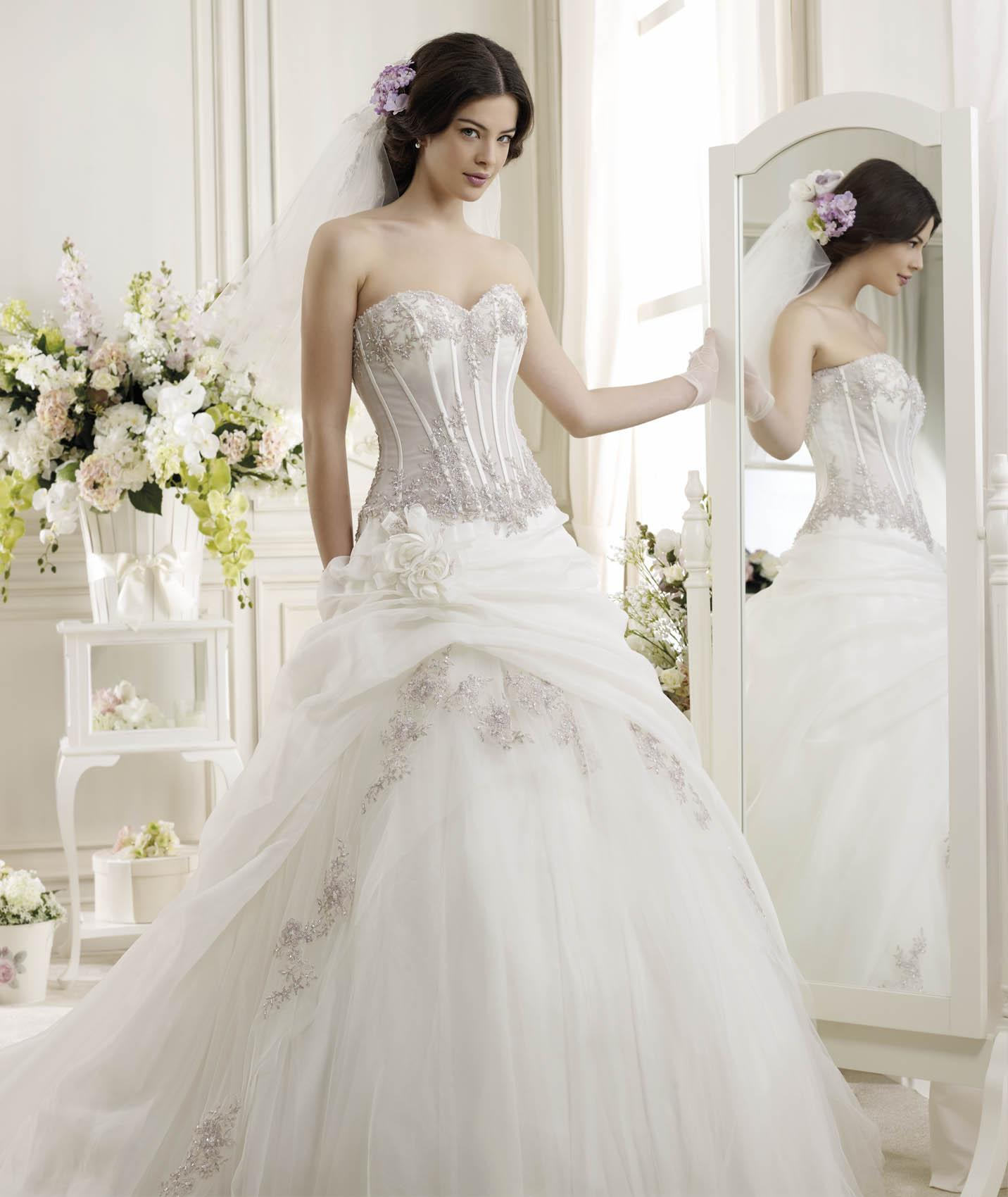 Exquisite Strapless Beading&Sequins Lace Flowers Sweep/Brush Train Tulle Wedding Dresses