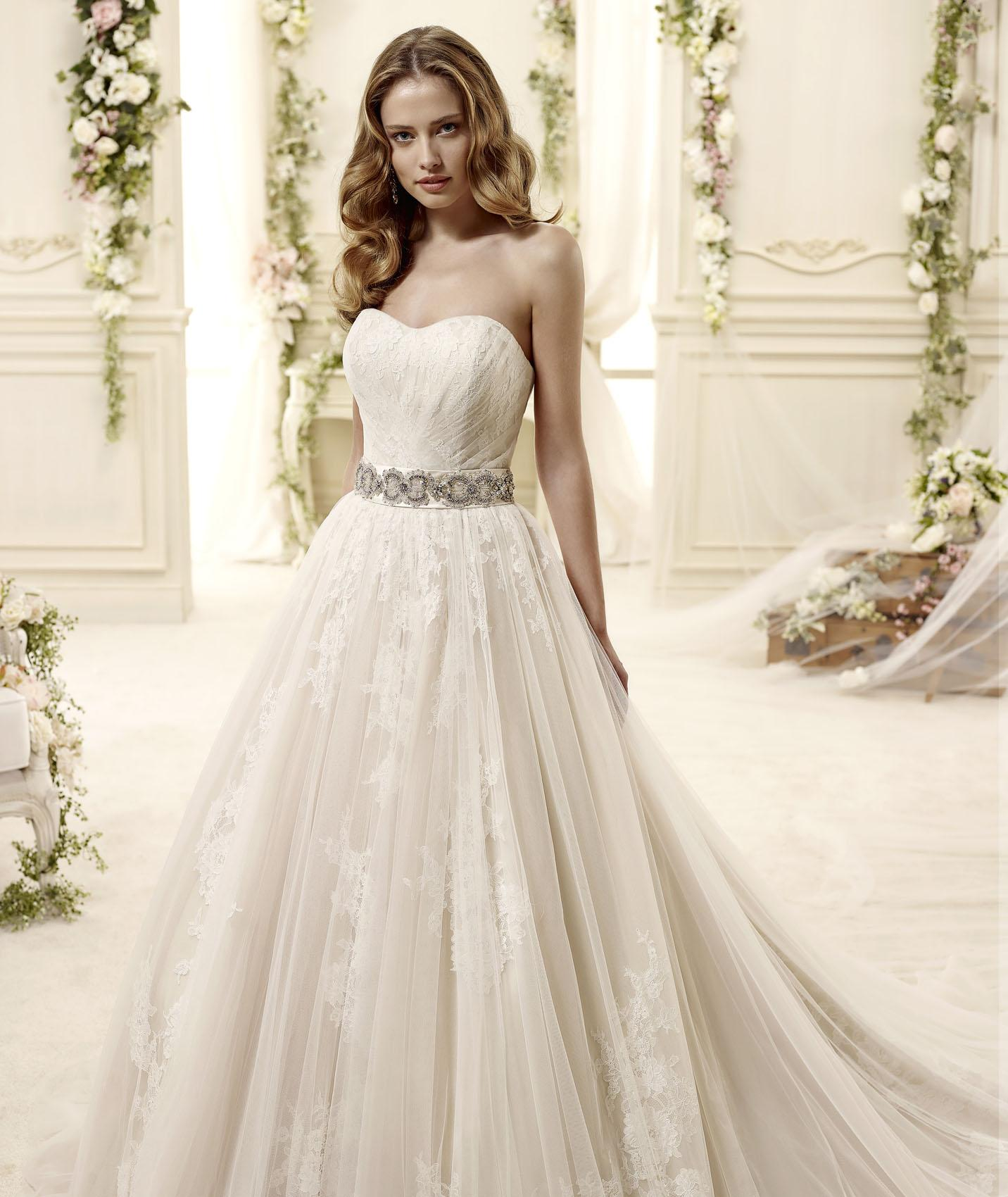 Charming A-line Strapless Beading&Crystal Lace Chapel Train Tulle Wedding Dresses