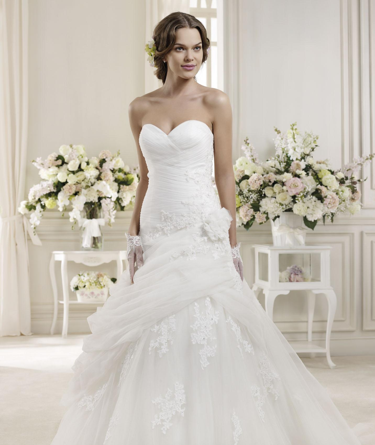 Simple A-line Sweetheart Beading&Sequins Lace Hand Made Flowers Sweep/Brush Train Tulle Wedding Dresses