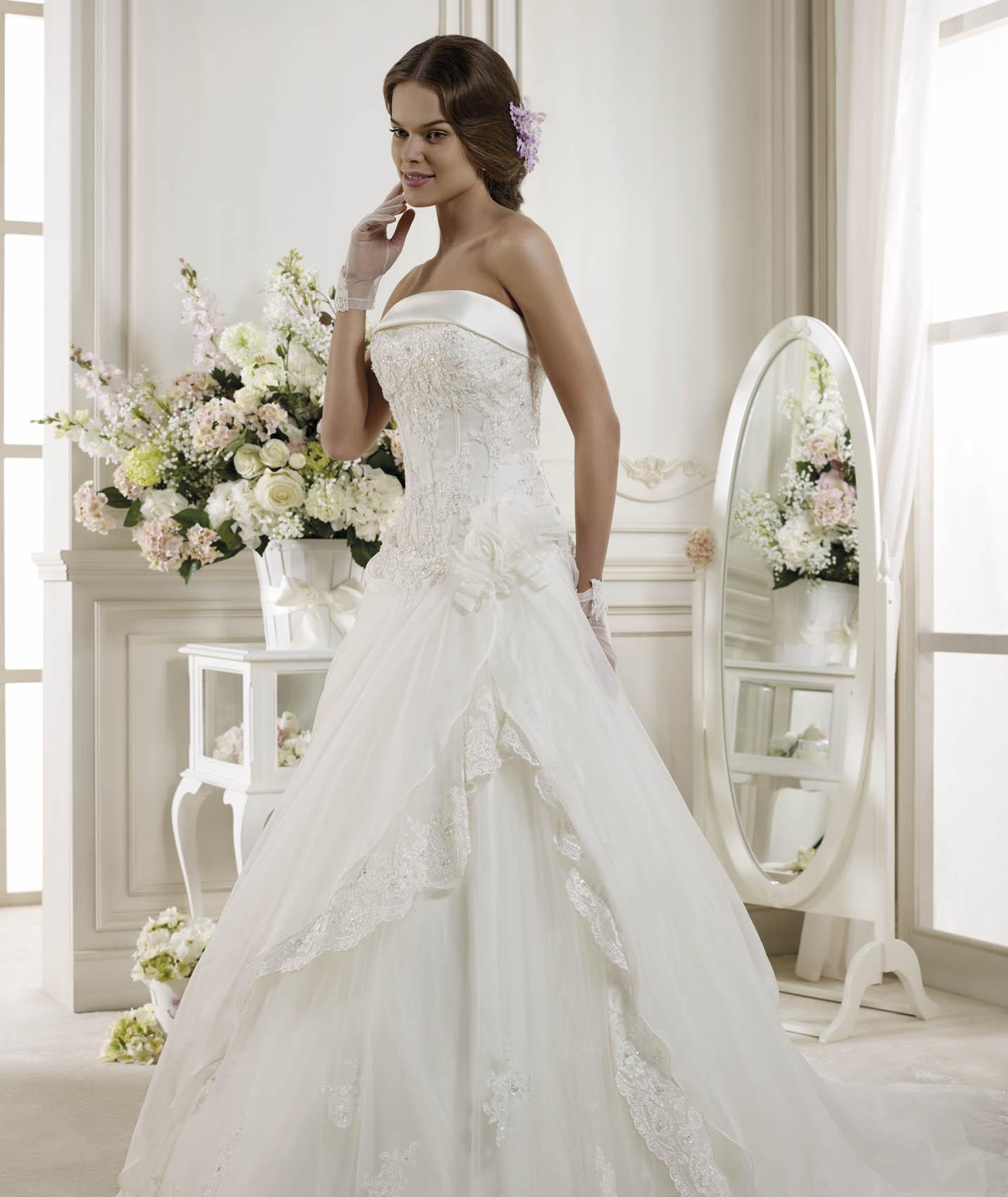 Generous A-line Strapless Beading&Sequins Lace Chapel Train Organza Wedding Dresses