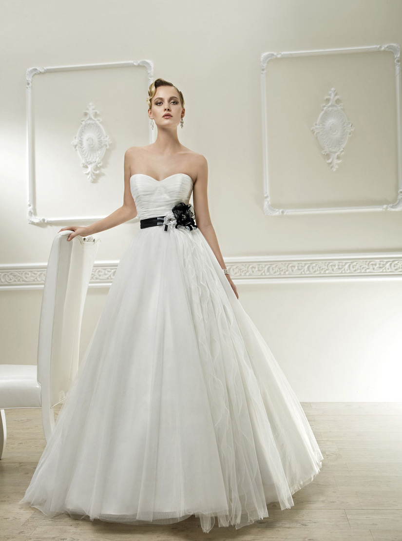 Simple A-line Sweetheart Hand Made Flowers Sweep/Brush Train Tulle Wedding Dresses