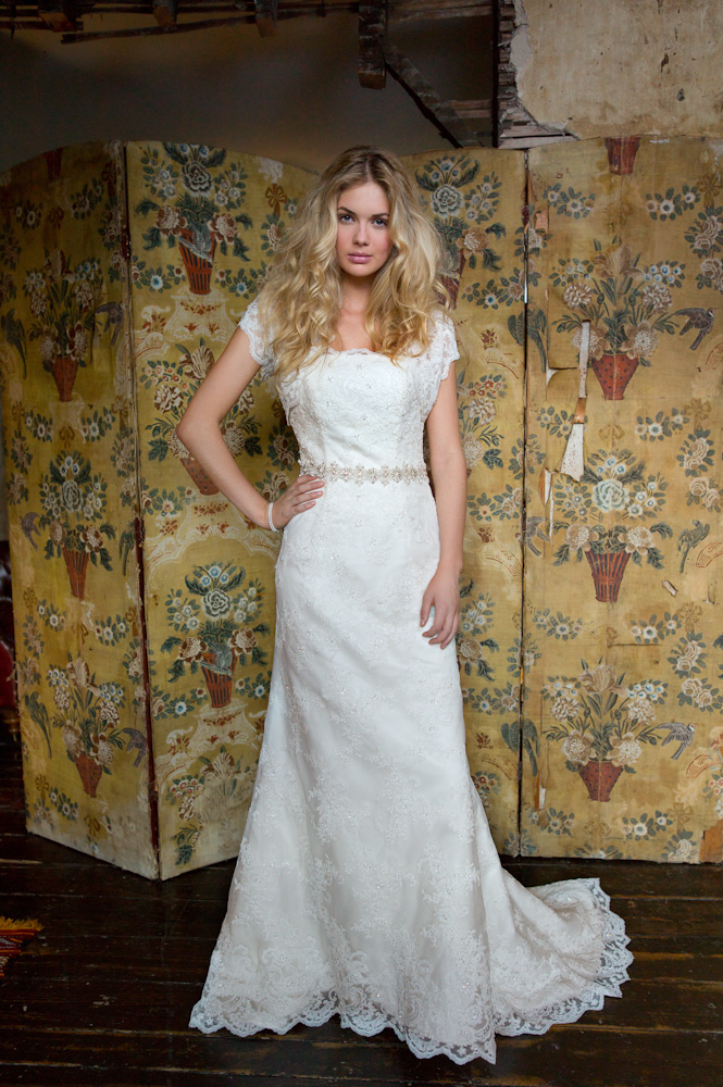 Exquisite A Short Sleeved Lace Patterns All over Lace Wedding Dress with Belt